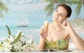 Toppar kvinna på resort — Stockfoto