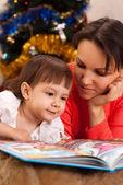милая мать решил прочитать ее детям — Стоковое фото