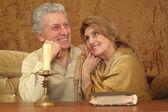 Bir masada oturan iyi yaşlı çift — Stok fotoğraf