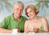 Sympothetic old couple at the resort — Stock Photo