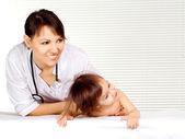 小さい患者と蜂蜜医師 — ストック写真