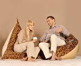テレビを見ているカップル — ストック写真