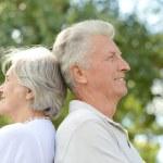 coppia di anziani nel parco estivo — Foto Stock