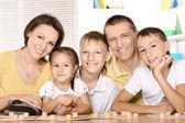 Família jogando lotto — Foto Stock