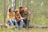 4 familie in park — Stockfoto