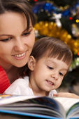 少女と本とママ — ストック写真