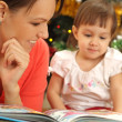 Mom reading with daughter — Foto Stock