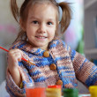 Little girl draws paint — Stock Photo