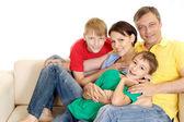милая семья в яркие футболки — Стоковое фото