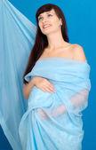 Menina grávida de mel em antecipação da felicidade em casa — Foto Stock