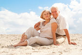 Amusing elderly people enjoy the sea breeze — Stock Photo