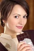 Femme avec un bon chocolat — Photo
