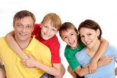 Sympothetic 家庭在明亮的 t 恤 — 图库照片