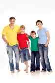 Wielka rodzina w jasnych t-shirty — Zdjęcie stockowe