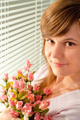Nice girl holding a bouquet of roses — Stock Photo