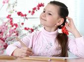 Bella ragazza in un maglione rosa — Foto Stock
