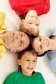 большая семья в яркие футболки — Стоковое фото