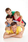 Familia atractiva en camisetas brillantes — Foto de Stock