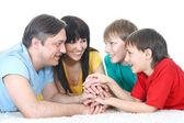 Aile içinde renkli tişörtler — Stok fotoğraf