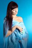 Adorable dziewczyna w ciąży, w oczekiwaniu na szczęście w domu — Zdjęcie stockowe