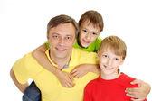 Famiglia giocosa in t-shirt luminose — Foto Stock