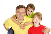Frolicsome familie in heldere t-shirts — Stockfoto