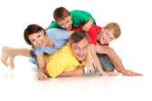 Szczyty rodziny w jasnych t-shirty — Zdjęcie stockowe