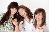 Meisjes eten de pizza — Stockfoto