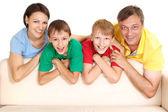 Wspaniałe rodziny w jasnych t-shirty — Zdjęcie stockowe