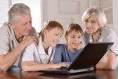 Bir dizüstü bilgisayar, aile — Stok fotoğraf