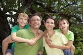 Famille dans le maillot vert — Photo