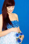 Słodkie dziewczyny w ciąży w oczekiwaniu na szczęście w domu — Zdjęcie stockowe