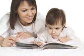 Moeder en dochter lezen — Stockfoto