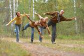 Famiglia di quattro nel parco — Foto Stock