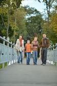 Familie rest im park — Stockfoto