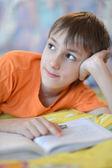 Kleiner junge, ein buch zu lesen — Stockfoto