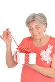 Kvinna med en gåva — Stockfoto