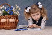 Sevimli küçük bir kız portresi — Stok fotoğraf