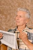 Uomo con il giornale — Foto Stock