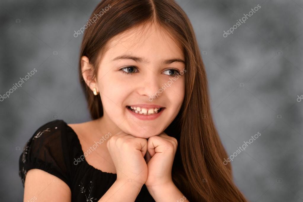 一个可爱的女孩,长着棕色头发的画像
