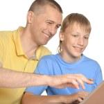 père et fils à l'ordinateur — Photo