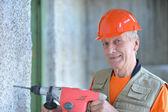 Człowiek ma prace budowlane z punch — Zdjęcie stockowe