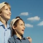 chlapci v čepice pod modrou oblohou — Stock fotografie