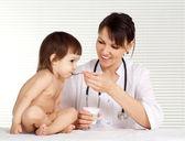 смарт-медик с маленького пациента — Стоковое фото