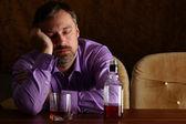 Smutne, że człowiek dostaje pijany — Zdjęcie stockowe