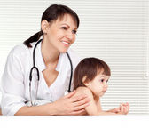 Tops physician with small patient — Stock Photo