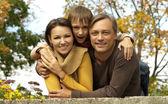 Gelukkige familie samen ontspannen — Stockfoto