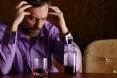 Muž a whisky u stolu — Stock fotografie