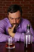 Muž s whisky u stolu — Stock fotografie