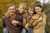 Famiglia rilassante in un bellissimo parco in autunno — Foto Stock